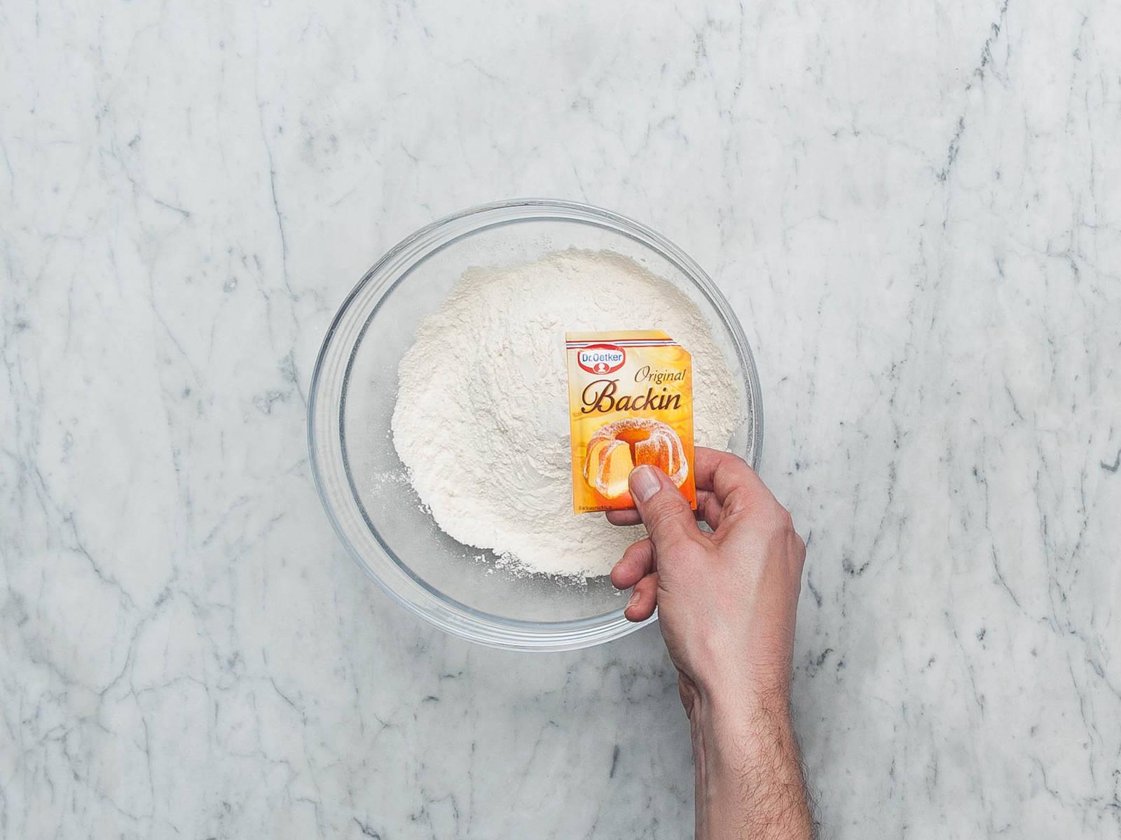 将烤箱预热至180℃。润滑蛋糕盘,撒上些许面粉。若不是脱底烤盘,则在底上铺上烘焙纸。将整个柠檬皮擦碎,半个柠檬榨汁。将柠檬皮碎放在一边。在一个中碗中,混合面粉、泡打粉和盐。在小碗中将牛奶和柠檬汁搅拌混合。