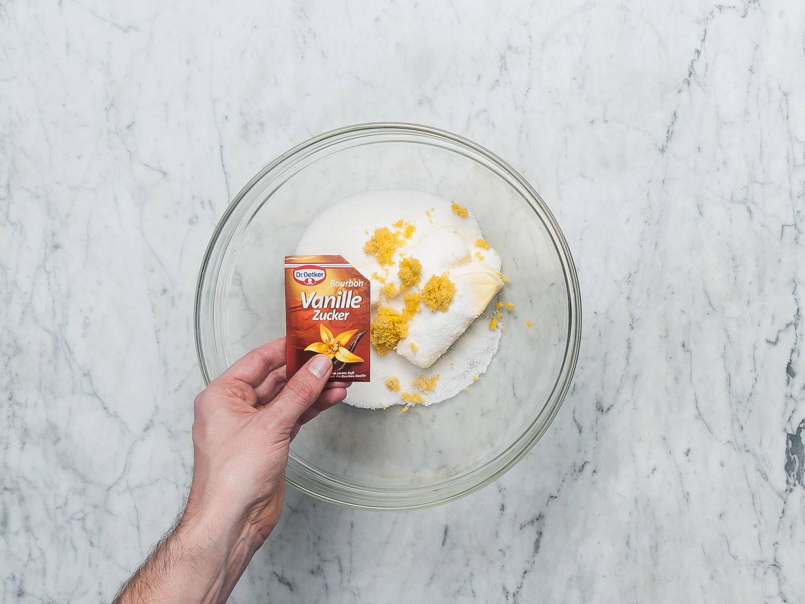 将黄油、糖、柠檬皮碎和香草糖搅打至顺滑。打入鸡蛋,一次一颗,搅拌均匀后再打入另一颗。加入半份面粉,搅拌均匀,然后倒入牛奶混合物和剩余的面粉。搅拌至完全混合。