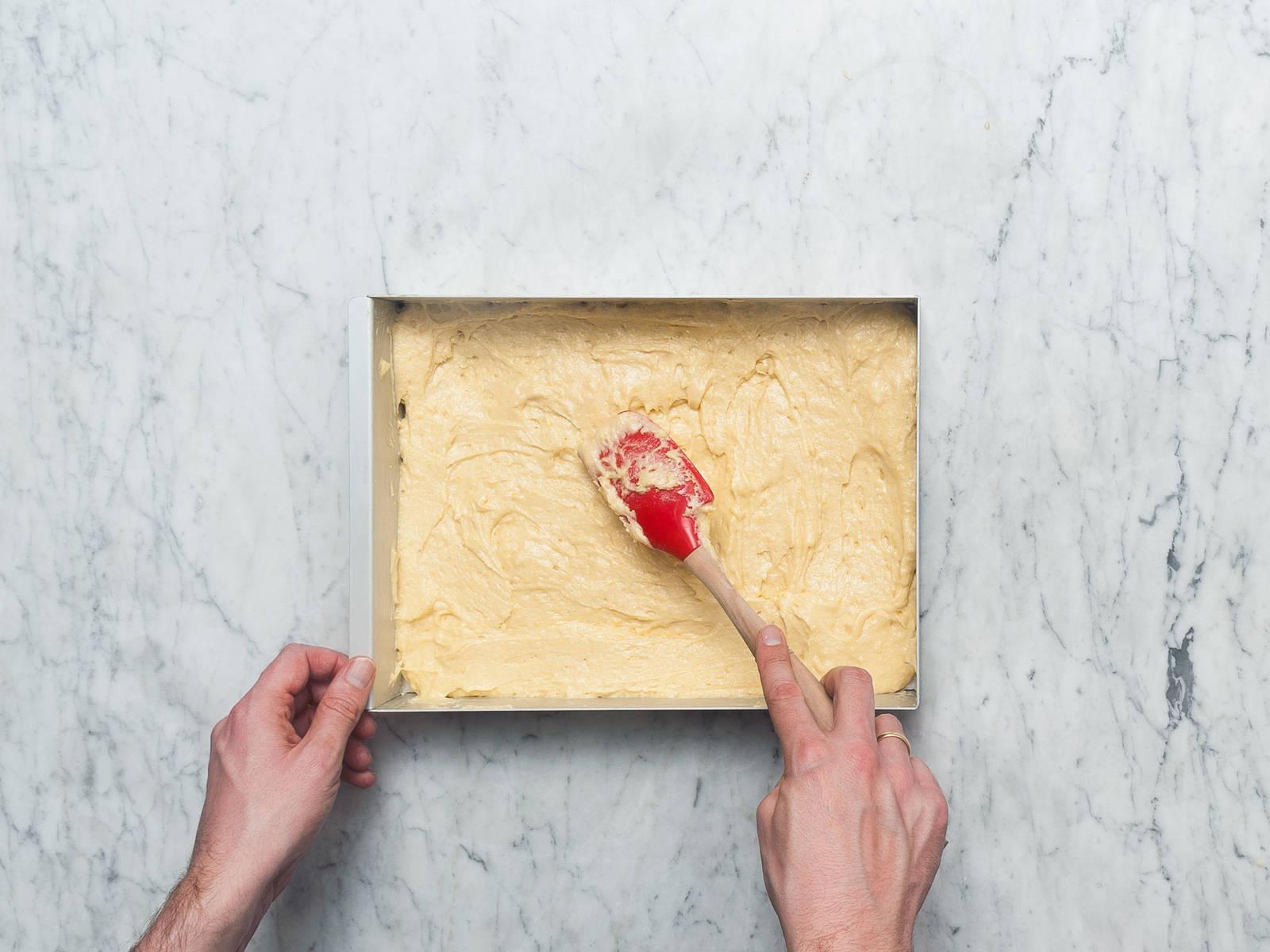 将面糊倒入蛋糕烤盘中,抹匀,然后以180℃烤20-30分钟。放凉10分钟,然后转移到冷却架上放至完全冷却。