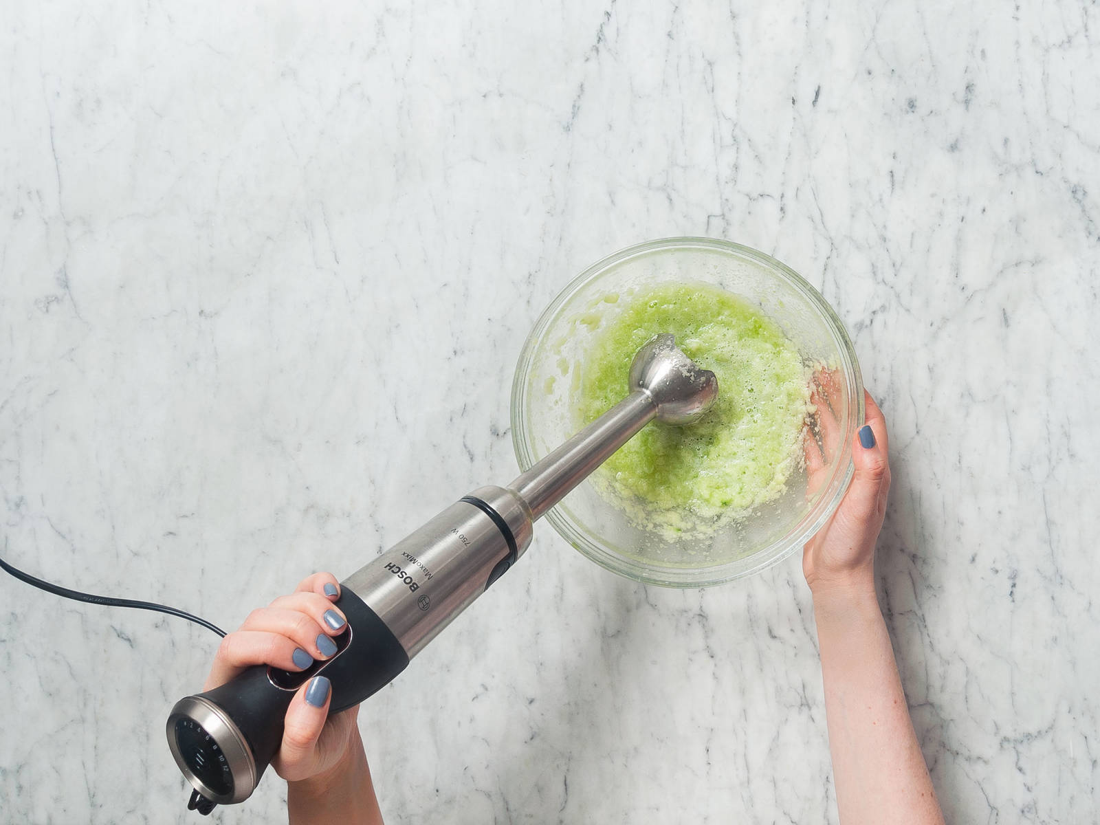 黄瓜削皮后切成易入口的小块。放到搅拌碗中,搅成泥。然后过筛倒入另一个碗中,滤掉黄瓜籽。
