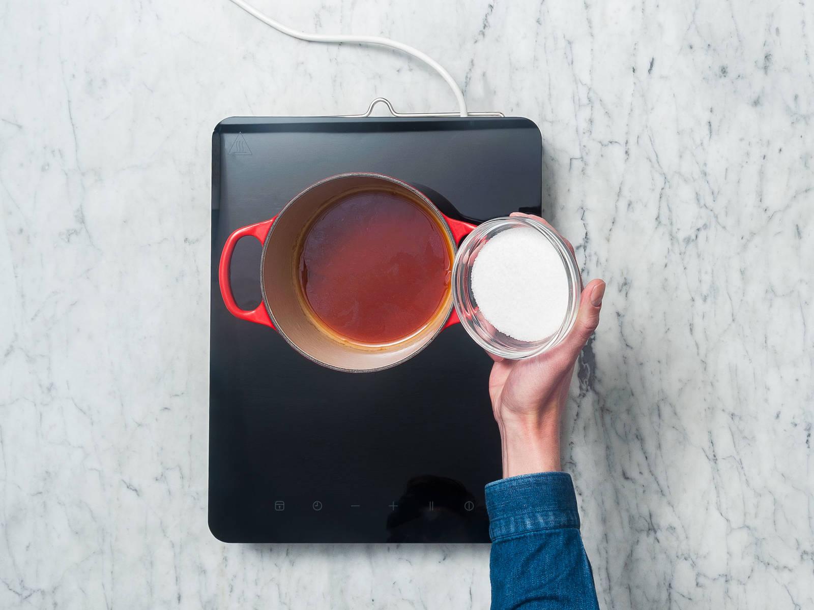 将水倒入小汤锅中煮沸。放入一包红茶,泡5分钟,然后拿出。放糖,搅拌至完全融化。继续小火煮5分钟,然后置于一旁放凉。