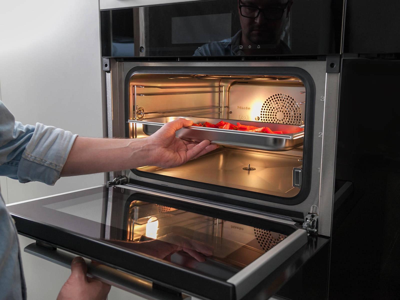 灯笼椒切细条。和腌好的鸡胸肉一起放到蒸煮容器中,以100℃蒸12-14分钟。