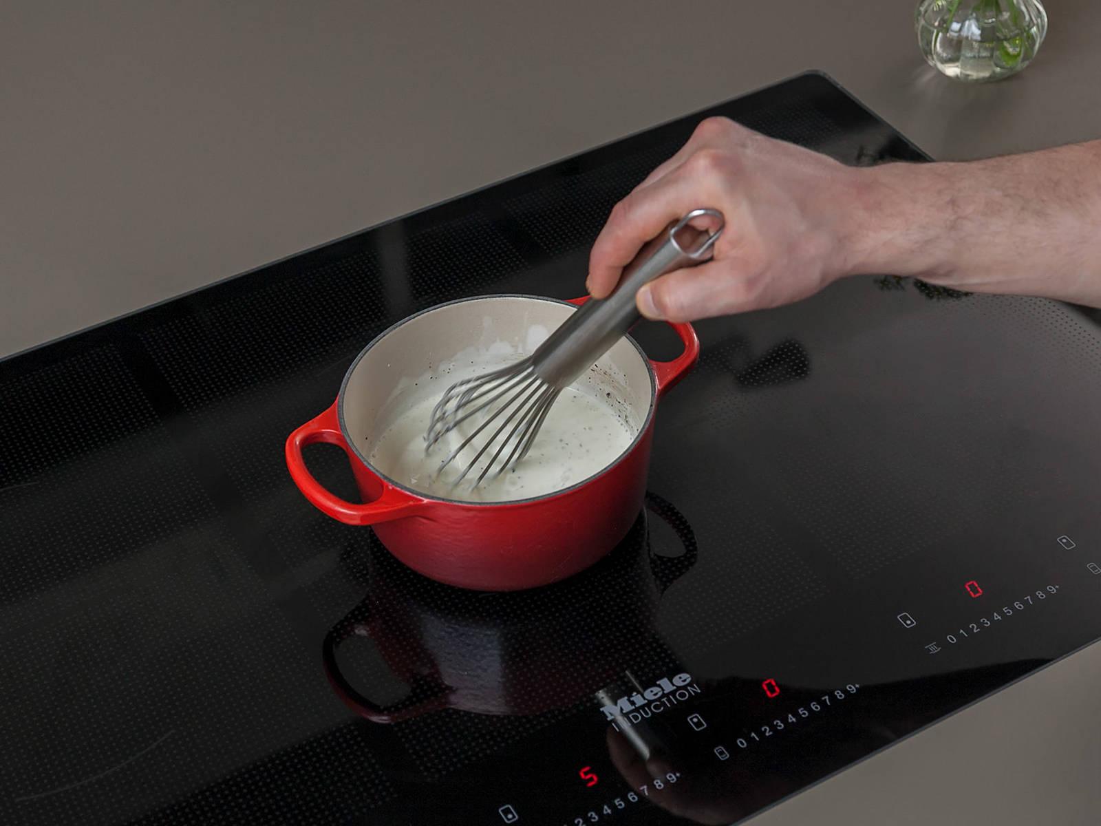 Sahne in einem kleinen Topf auf mittlerer Hitze ca. 2 Min. erwärmen. Mit Salz und Pfeffer würzen. Falls gewünscht, mit Stärke andicken. Crème fraîche unterrühren und vom Herd nehmen. Hähnchen und Paprika mit Sauce und Reis servieren. Guten Appetit!