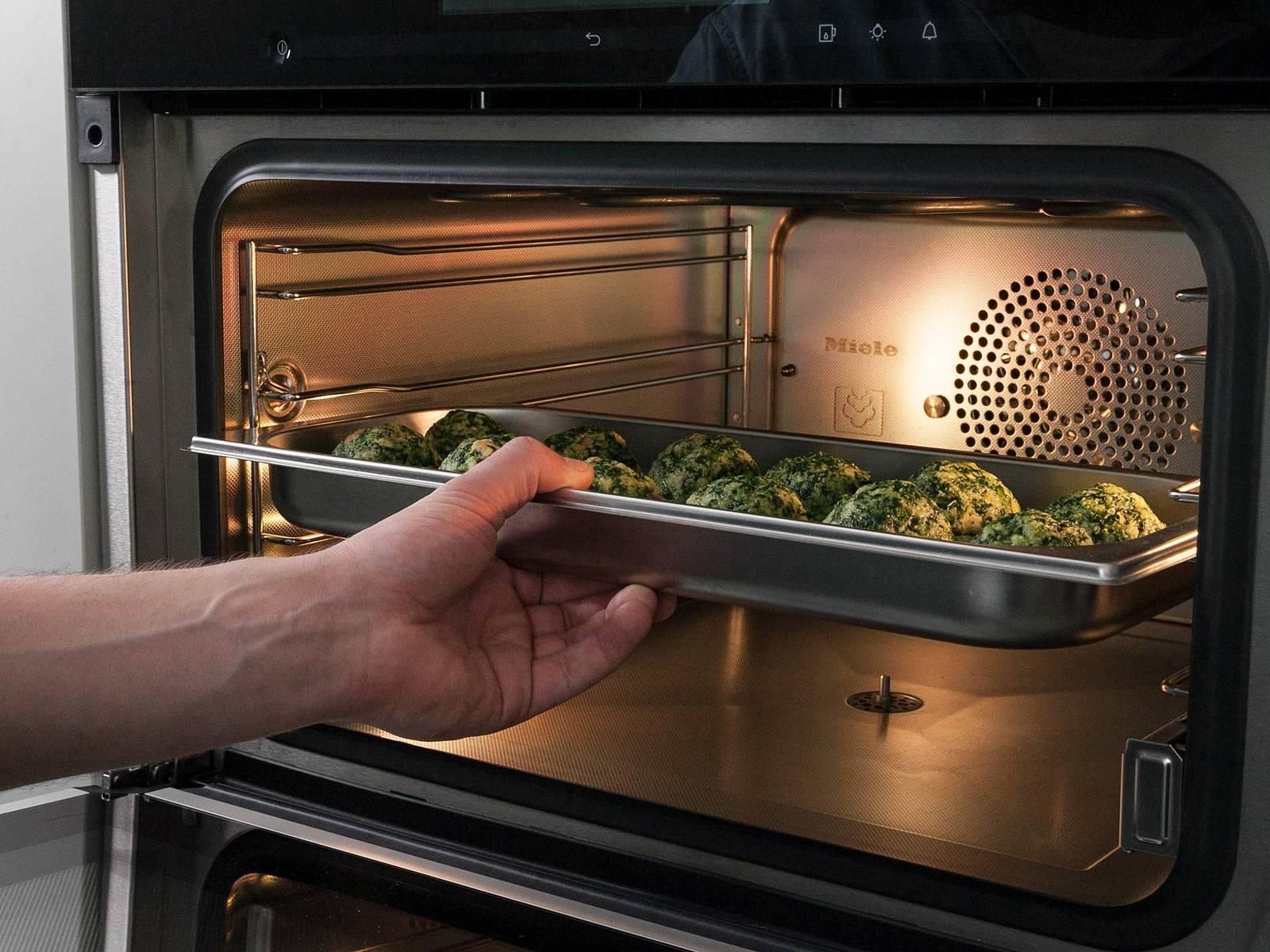 用黄油润滑蒸煮容器。沾湿双手,从面团中捏出等大圆球,放到蒸煮容器中,以100℃蒸12分钟。