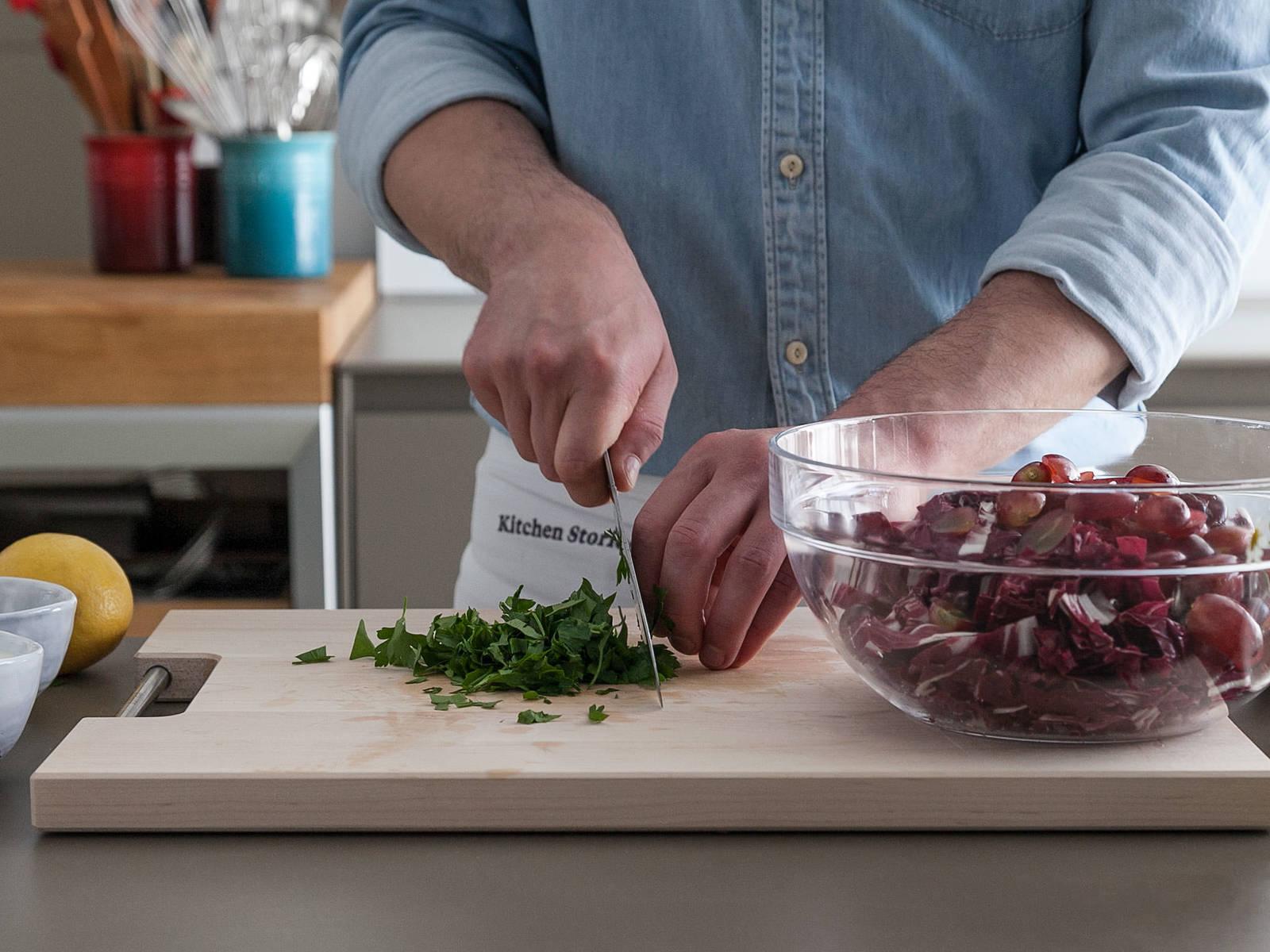 将菊苣切好,葡萄切半,欧芹大略切碎。和葵花籽一起放入碗中,搅拌均匀。将酸奶和柠檬皮碎倒入小碗中,搅拌混合。撒盐与胡椒调味。