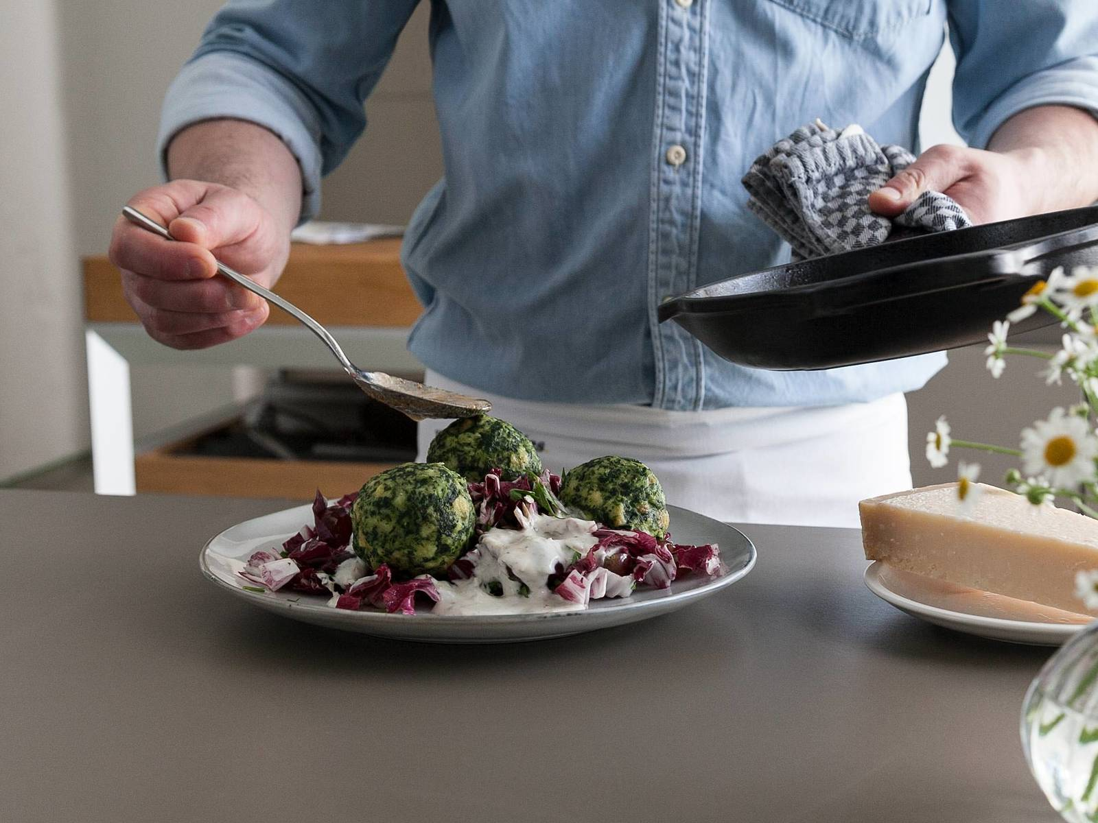 Melt butter in a small frying pan on medium heat. Reduce heat and fry butter for approx. 8 min., or until browned. Serve salad on a plate and drizzle yogurt dressing on top. Add spinach dumplings, drizzle with brown butter, and enjoy with freshly grated Parmesan!
