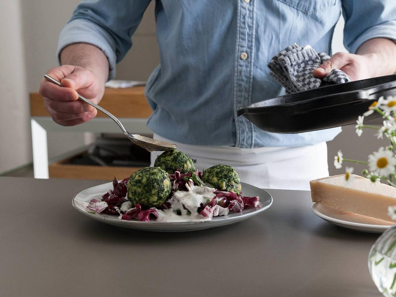 在小平底锅中,中火融化黄油。调至小火,加热黄油8分钟,或直至黄油变棕色。用盘子呈上沙拉,淋上酸奶酱汁。放上菠菜饺子,淋上焦黄油。佐以新鲜擦屑的帕马森干酪享用吧!