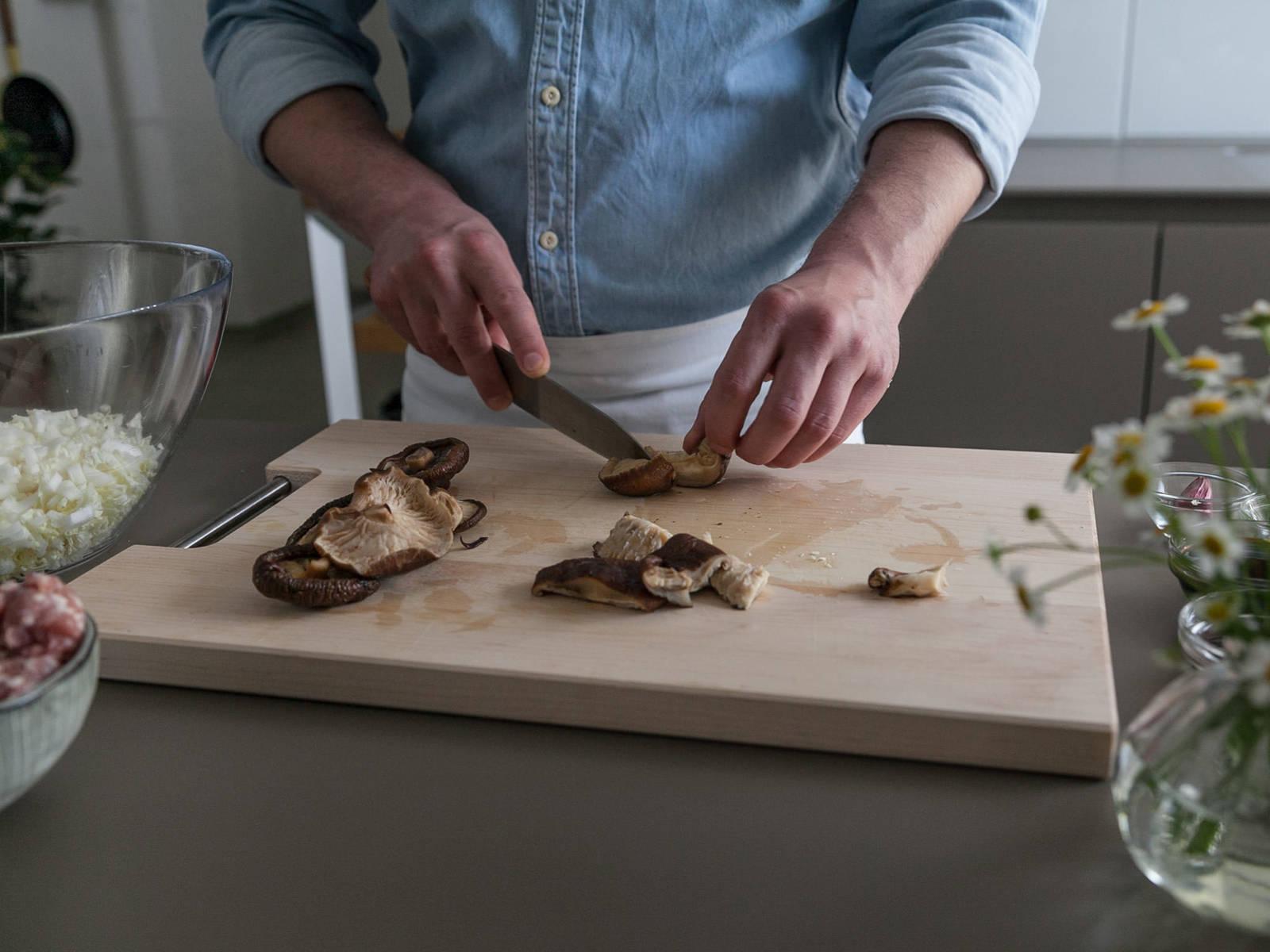 制作馅料:将香菇和木耳放到一碗温水中,泡至发软。滤干后,剁碎,放到搅拌碗中。将剁碎的白菜芯和猪肉末放到碗中,倒入些许生抽、蚝油和盐调味。搅拌均匀,腌制30分钟。