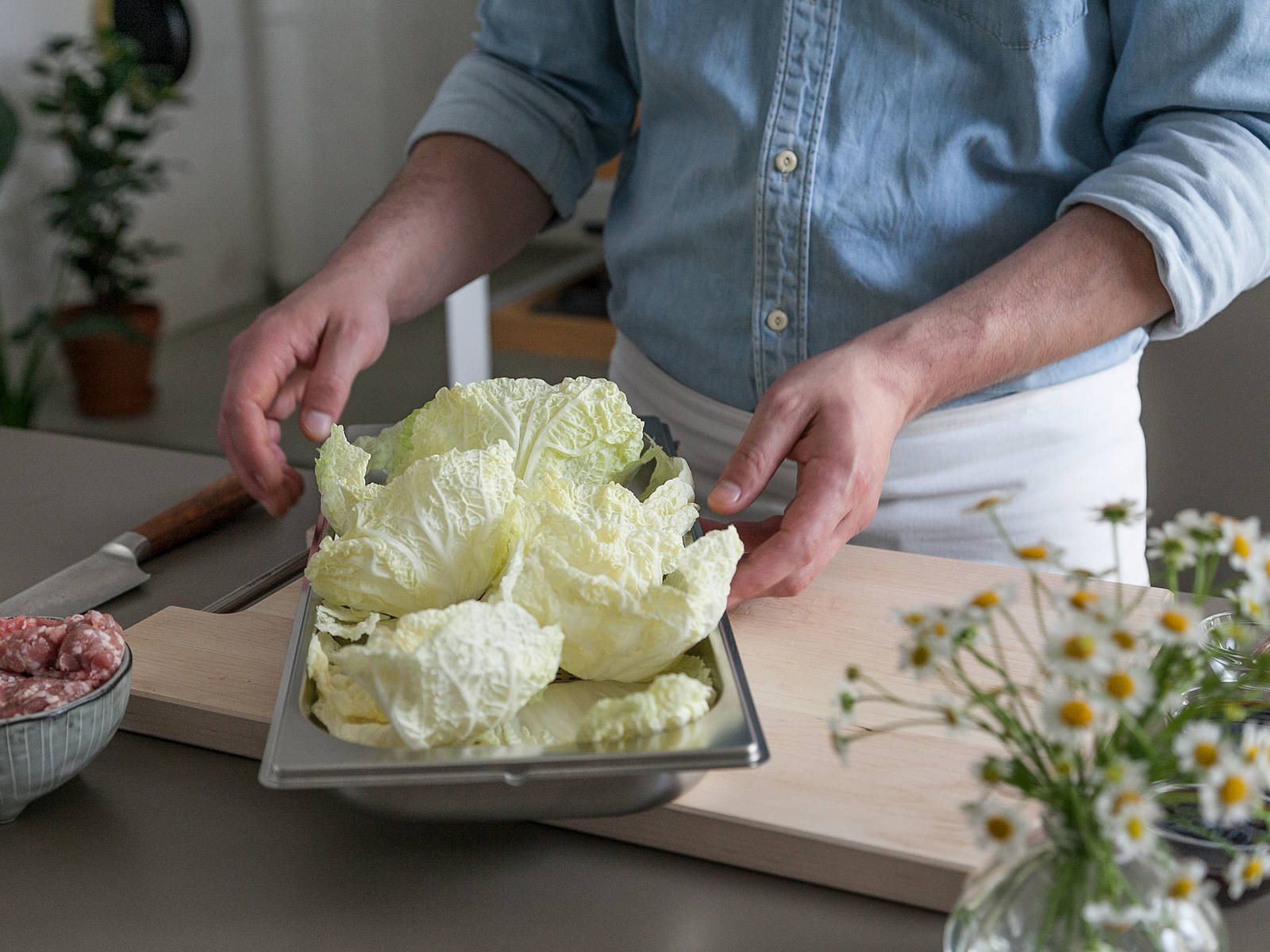 Blanche whole Chinese cabbage leaves in steam oven for approx. 1 min. Transfer to an ice bath-filled bowl directly afterwards.