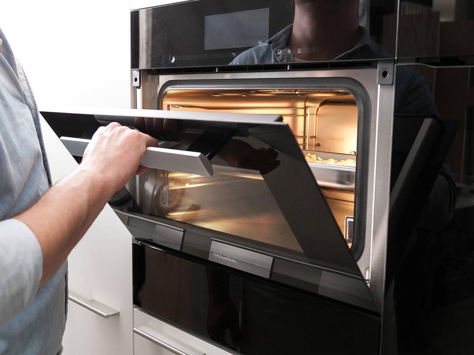 将白菜卷放到蒸煮容器中,以100℃蒸20分钟。将蒸煮的汤汁留作后用。