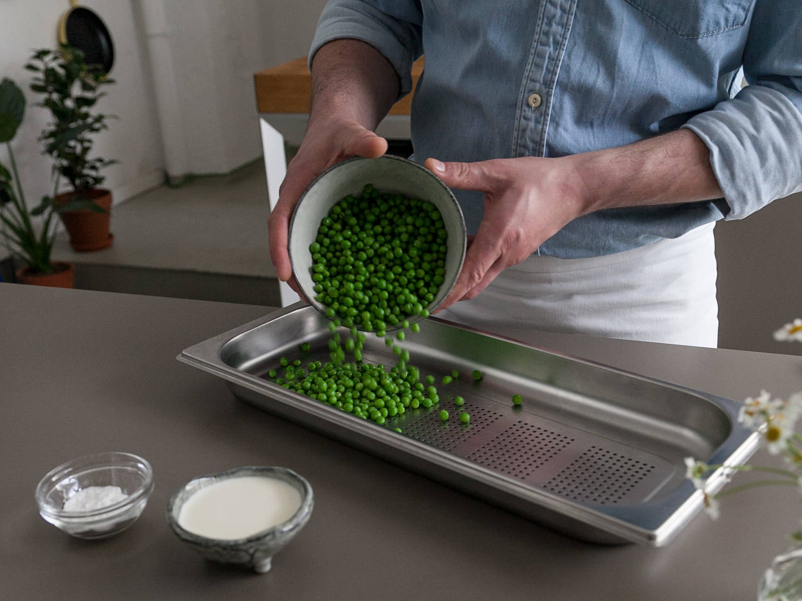 Transfer peas to cooking container and steam at 100°C/210°F for approx. 2 min. Serve pork tenderloin, potatoes, and peas with sauce. Enjoy!