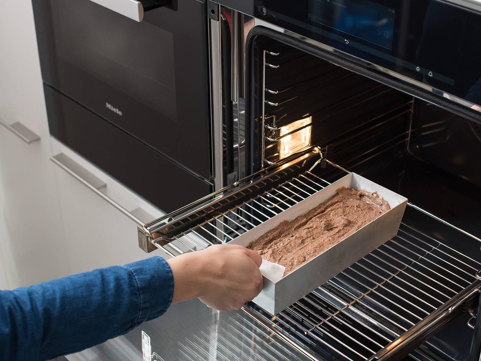 将面糊倒入准备好的烤模中,抹匀,烤60-70分钟。然后将牙签插入蛋糕中间,取出时未粘上任何痕迹,则说明蛋糕已烤熟。将蛋糕从烤箱中取出,留在模具中放凉15分钟,然后慢慢从中取出,放到冷却架上直至完全冷却。