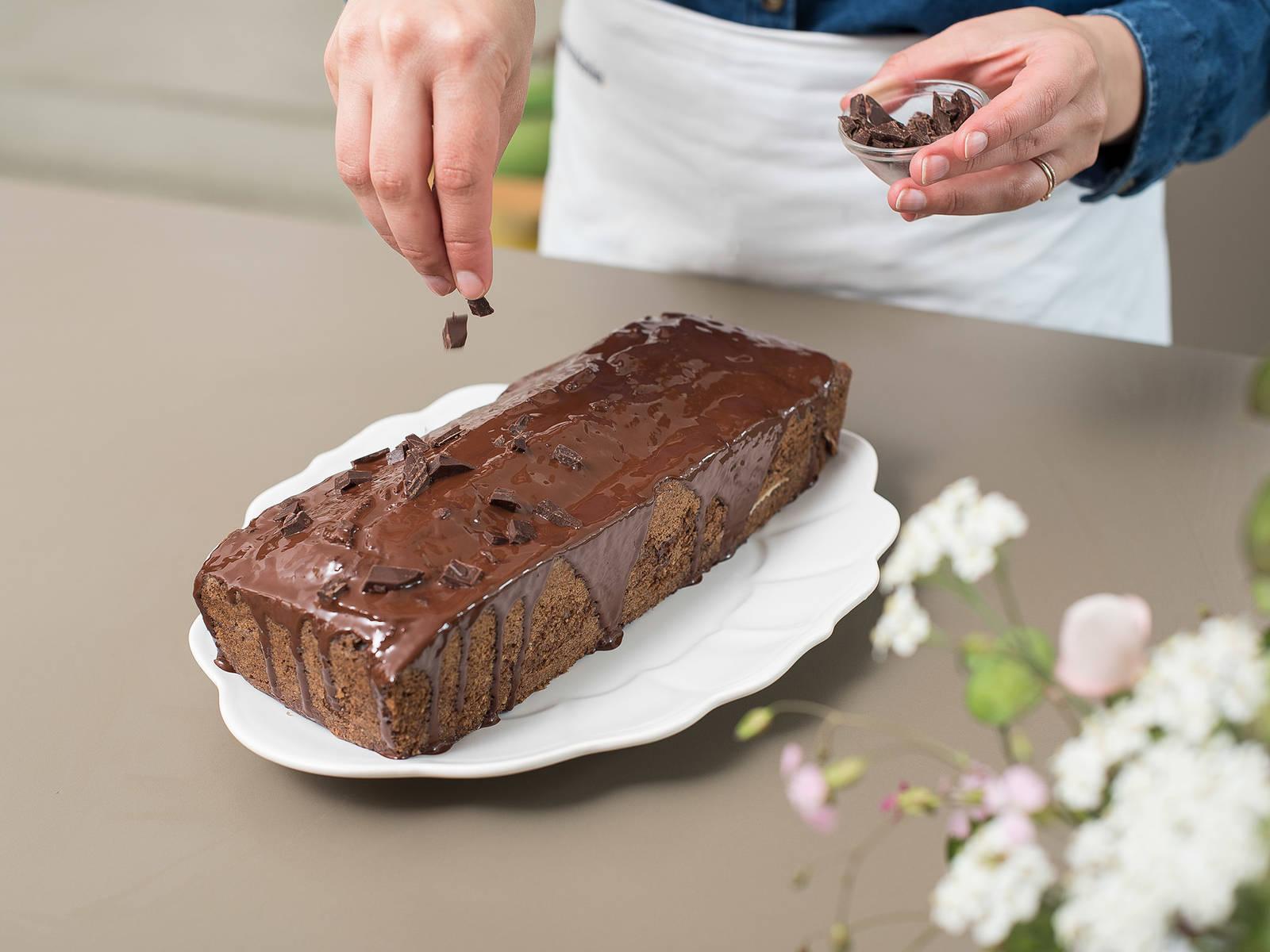 将釉面均匀抹到红酒蛋糕表面。将剩余的巧克力剁碎,撒到蛋糕上。待釉面凝固后,切块享用。祝好胃口!