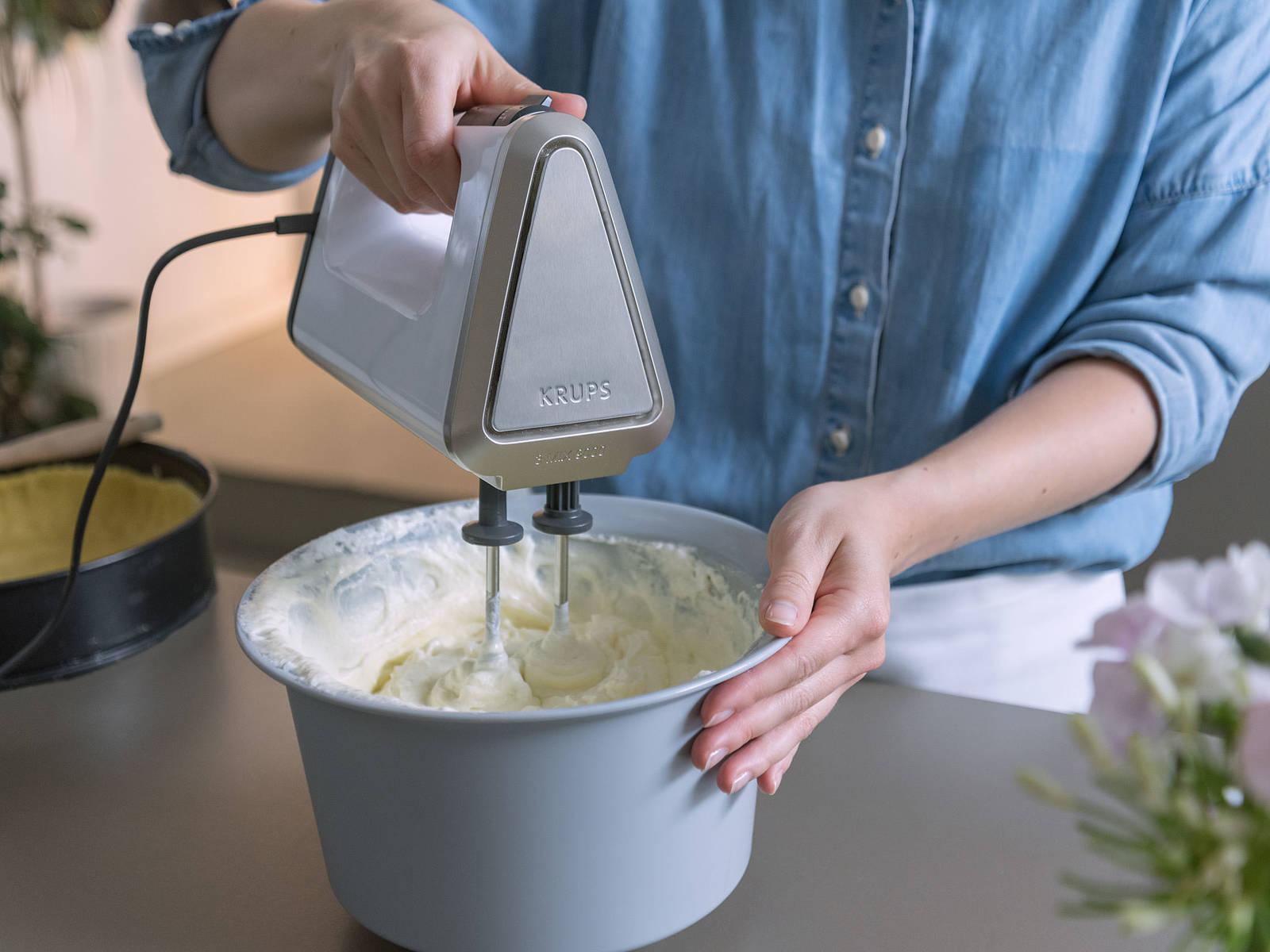 将烤箱预热至175℃。分离鸡蛋,将蛋白和蛋黄分别放到两个不同的搅拌碗中。搅打蛋白,直至形成硬性发泡。置于一旁。在小平底锅中小火融化黄油。往蛋黄中倒入奶油奶酪、糖、淀粉、黄油、香草精和柠檬汁,搅拌至混合物柔滑软绵。往蛋黄混合物中又拌入蛋白,尽可能留有多点的空气。将混合物倒入烤盘中,用烤盘在厨房台面上敲击几次,释放混合物中的气泡。