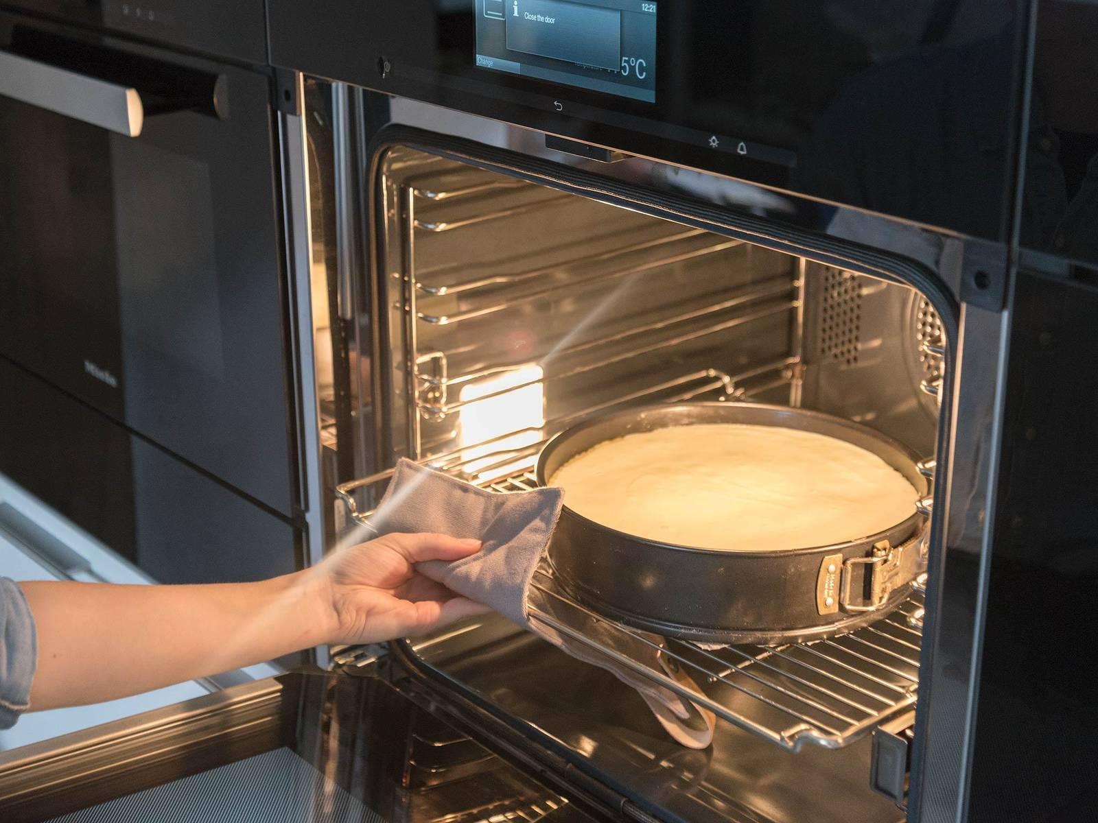将面糊放到烤箱低层,以175℃烤40分钟。盖上铝箔,然后接着再烤35分钟。蛋糕的中间此时应仍有些晃动。关闭烤箱,稍微打开箱门,让蛋糕在烤箱中静置10-20分钟,让其慢慢放凉,这能防止蛋糕中部塌陷。抹干净烤盘边缘,放到冷却架上1小时,待其彻底冷却,然后再切蛋糕。尽情享用吧!