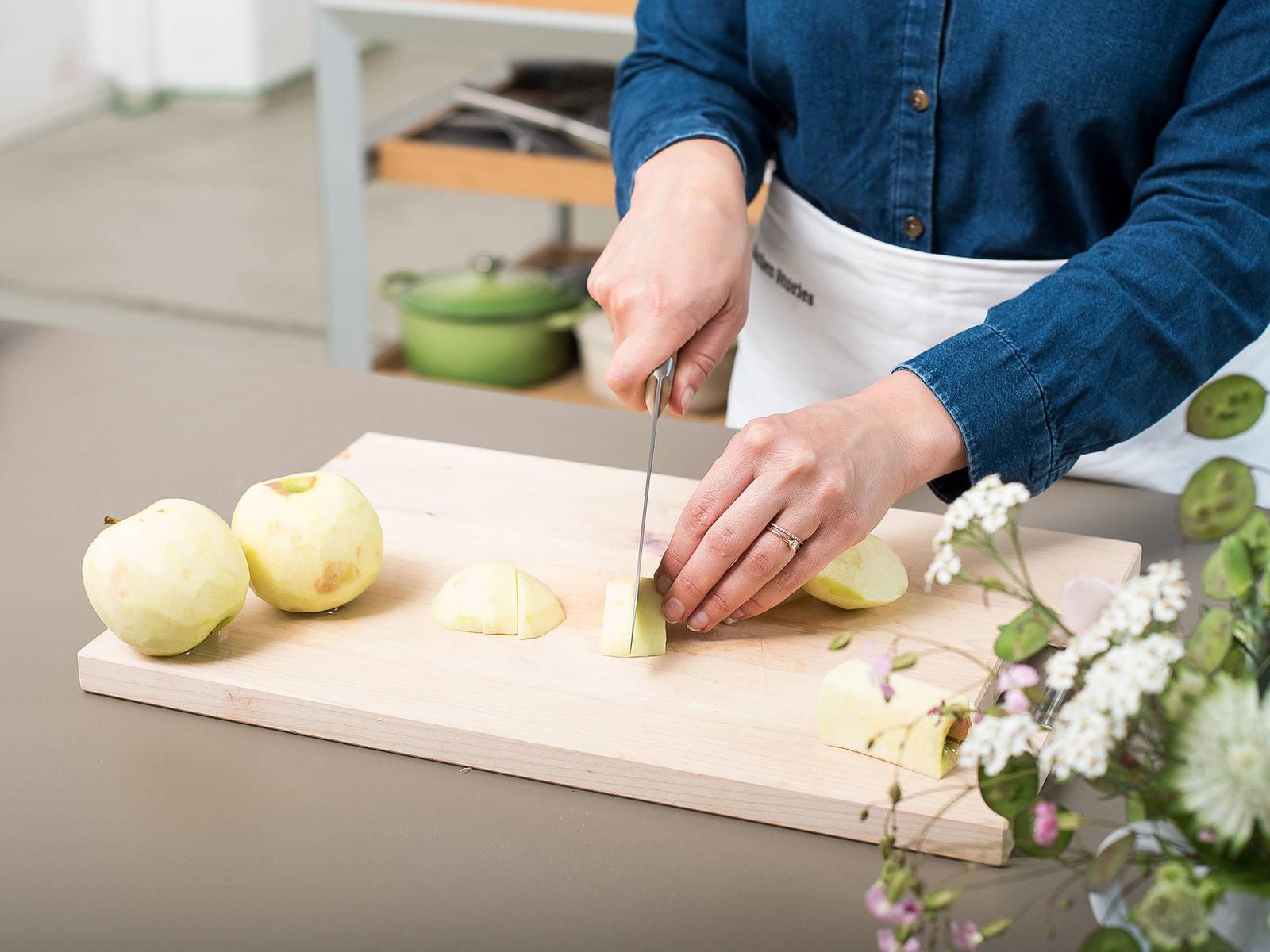 将烤箱预热至180℃。在烤盘中铺上烘焙纸,或充分润滑后撒上面粉。置于一旁。苹果削皮去核,切成四瓣。将苹果块再切成更薄的薄片,然后和柠檬汁一起放到大碗里搅拌混合,以防止苹果变褐色。置于一旁。