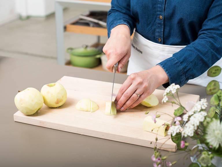 Backofen auf 180°C vorheizen. Backblech mit Backpapier auslegen oder einfetten und mit Mehl bestäuben. Äpfel schälen, entkernen und vierteln. Die Apfelviertel in dünne Scheiben schneiden und in einer großen Schüssel mit Zitronensaft vermengen. Anschließend beiseitestellen.