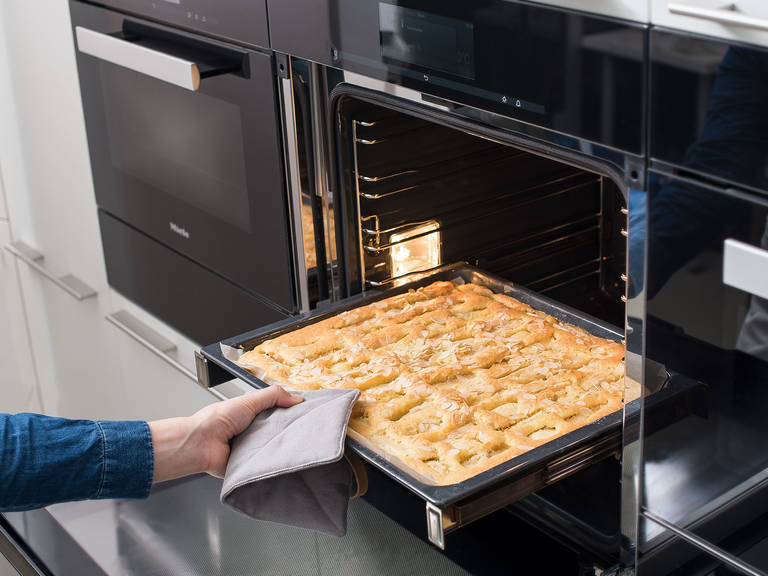 In den Backofen stellen und bei 180°C ca. 35 Min. backen, oder bis der Kuchen goldbraun ist. Aus dem Backofen nehmen und abkühlen lassen. Mit Puderzucker bestreuen und genießen!