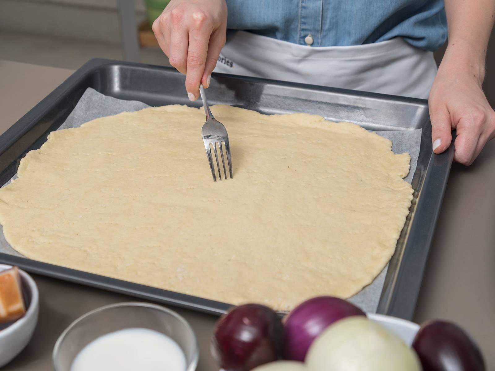 Backofen auf 200°C vorheizen. Quark, 2 Eier und Olivenöl in große Rührschüssel geben und vermengen. Backpulver, Salz und Kümmel in einer Rührschüssel mit Mehl mischen. Mehlmischung zu Quarkmischung geben und kneten bis ein gleichmäßiger Teig entsteht. Arbeitsfläche bemehlen und Teig darauf rechteckig ausrollen bis er die Größe des Backblechs erreicht hat. Teig auf das mit Backpapier ausgelegte Backblech legen und mit einer Gabel Löcher einstechen. Bei Seite stellen.