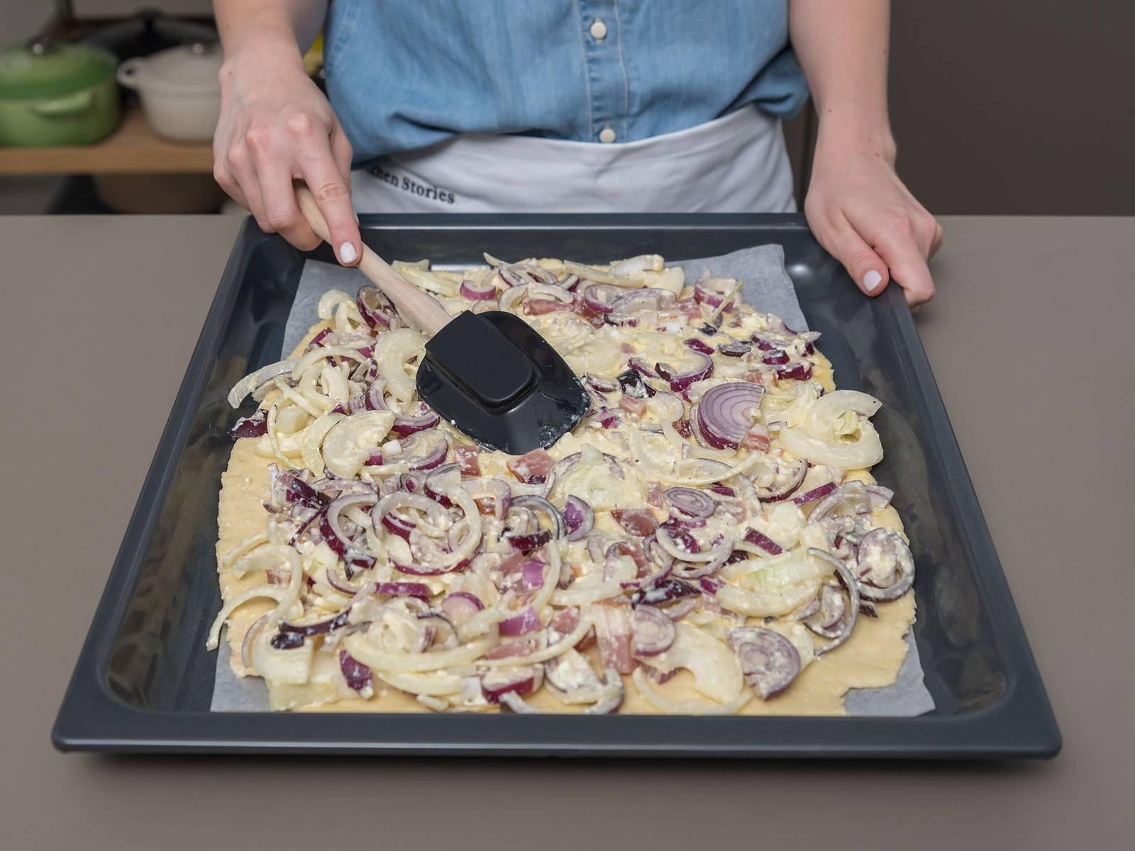 Eier, Schmand und Milch in großer Rührschüssel miteinander verquirlen, mit Salz und Pfeffer würzen und Zwiebeln und Speck unterrühren. Zwiebelmischung gleichmäßig auf dem Teig verstreichen.