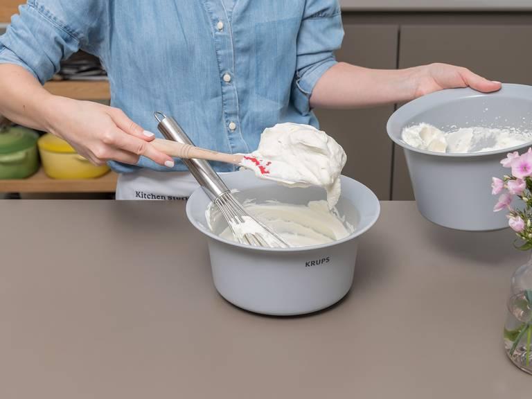 Sahne in einer großen fettfreien Schüssel aufschlagen, bis sich Bläschen bilden. Sahnestreif und einen Teil des Zuckers dazugeben und die Sahne steif schlagen.