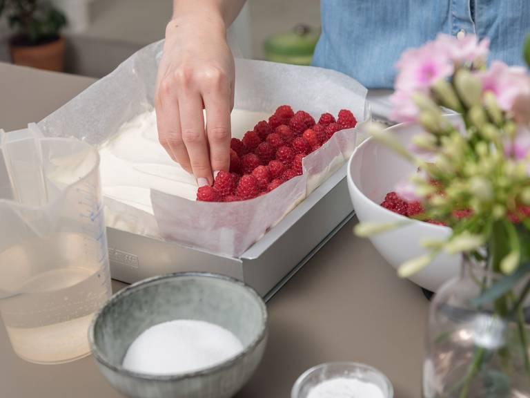 Himbeeren auf dem Kuchen verteilen. Um den Tortenguss zuzubereiten, das restliche Wasser mit Zucker und klarem Tortengusspulver in einem kleinen Topf verrühren und aufkochen. Ca. 3 - 4 Min. köcheln lassen, oder bis die Mischung andickt. Anschließend löffelweise über Himbeeren auf dem Kuchen verteilen. Ca. 10 Min. stehen lassen. Zum Schluss Mandeln in einer Pfanne auf mittlerer Hitze ca. 4 Min. rösten, oder bis sie duften. Abkühlen lassen. Den Kuchen vor dem Servieren aus dem Backrahmen nehmen und mit gerösteten Mandeln garnieren. Guten Appetit!