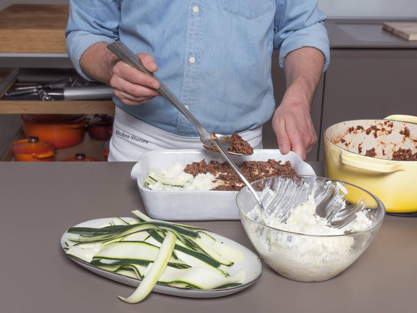 Backofen auf 200°C vorheizen. Um die Lasagne zu schichten circa ein Drittel der Sauce in der Auflaufform verstreichen. Anschließend ein Drittel der Zucchinistreifen darauf legen und mit einem Drittel der Käsemischung bestreichen. In der gleichen Reihenfolge weiter schichten bis alles aufgebraucht ist. Die oberste Schicht der Käsemischung zusätzlich mit restlichem Mozzarella und Parmesan bestreuen.
