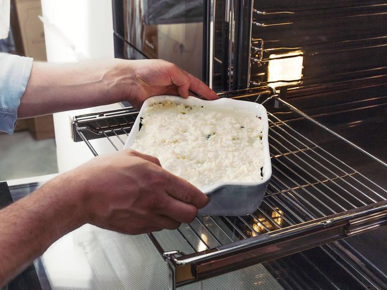 在烤箱中以200度烘烤30至40分钟。切成小份,盛盘,开始享用吧!