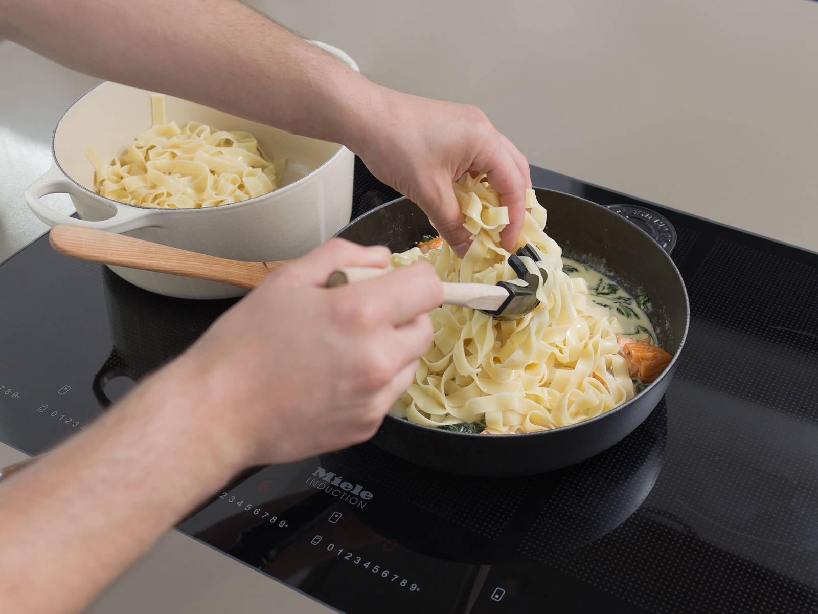 将干面条放入盐水中,根据包装说明将其煮出弹牙嚼劲。将三文鱼、柠檬皮碎和干面条一起倒入煎锅中,和酱汁一起煮3-4分钟。用盐、胡椒和柠檬汁调味,佐以帕玛森干酪屑享用。祝好胃口!