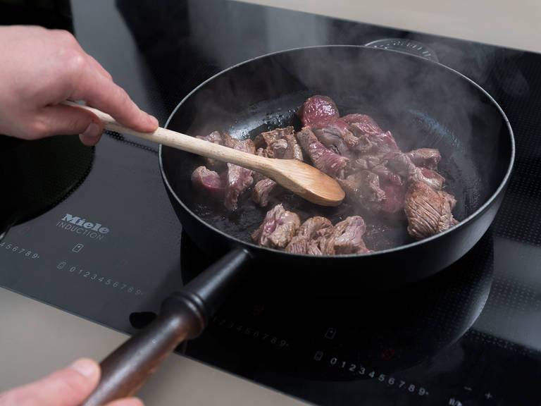 Heat half of olive oil and butter in a pan. Sear beef fillet strips for approx. 3 – 4 min., or until browned but still tender. Remove beef from the pan and keep warm. Cook tagliatelle approx. 6 min. or until al dente, then drain.