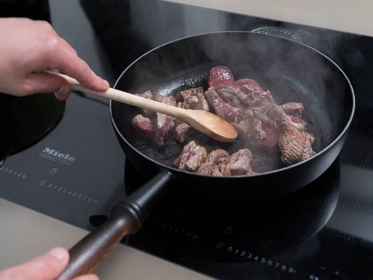 在煎锅中加热半份橄榄油和黄油。煎牛排条3-4分钟,或直至颜色金黄、质感柔软。将牛肉取出,放到盘中保温。根据包装说明将宽面条煮出弹牙嚼劲,然后滤干。