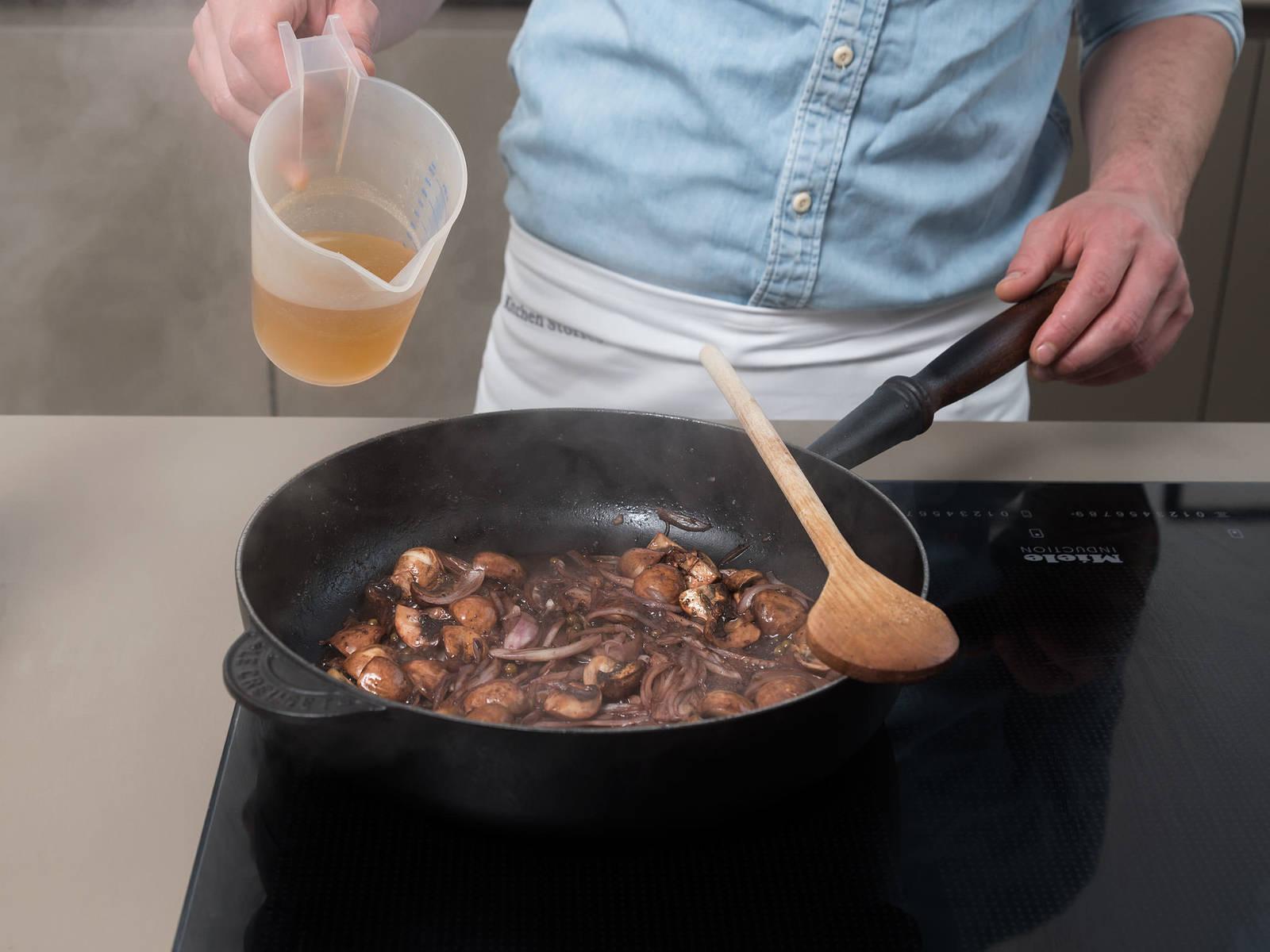 将剩余的橄榄油倒入煎锅中,翻炒胡椒、洋葱和蘑菇。倒入红酒润锅,文火煮1分钟。倒入牛肉高汤,煮3分钟,让其体积缩减。