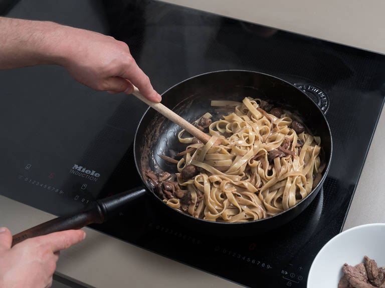 Reduce heat, stir in cream, and simmer for approx. 5 min. until thickened. Add cooked tagliatelle and beef and toss to coat. Season with salt and pepper and garnish with parsley. Enjoy!