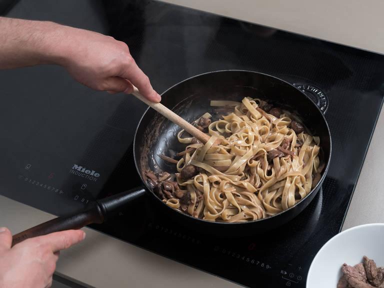 调至小火,拌入奶油,煮5分钟,直至汤汁变稠。倒入煮好的宽面条和牛肉,搅拌混合。撒盐与胡椒调味。尽情享用吧!