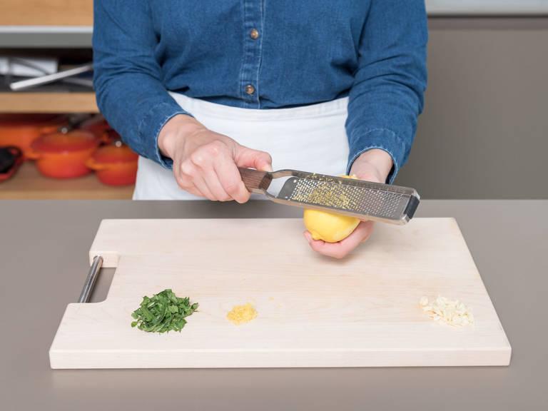 Knoblauch schälen und fein hacken. Minzblätter in lange, dünne Streifen schneiden. Zitrone reiben und Saft auspressen.