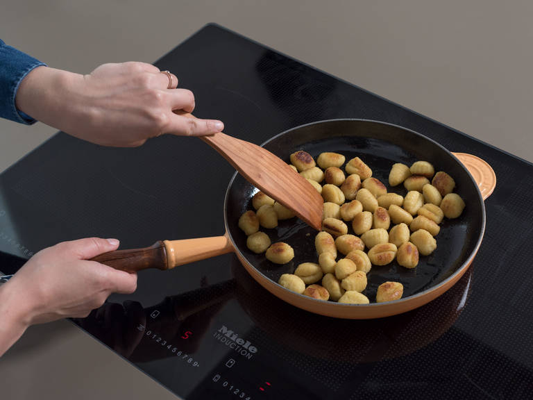 Heat olive oil and half of the butter in a frying pan over medium-high heat and fry the gnocchi until crispy, approx. 5 min.