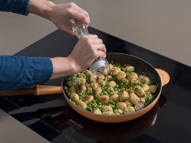 Einen Teil des Parmesans in die Pfanne geben und vermengen. Hitze reduzieren und die restliche Butter, Zitronensaft und Zitronenabrieb dazugeben. Mit Salz, Pfeffer und Chiliflocken würzen. Minze darüberstreuen und mit dem restlichen Parmesan servieren. Guten Appetit!