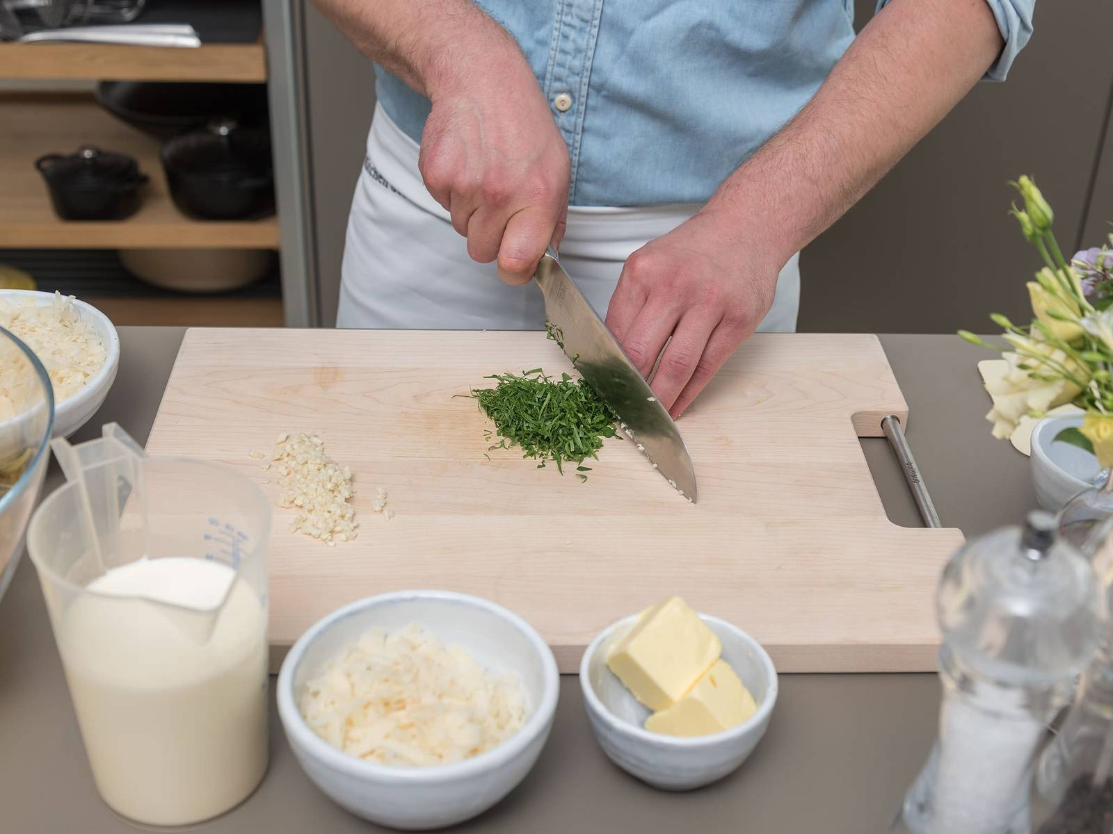 Peel and chop garlic. Finely chop parsley.