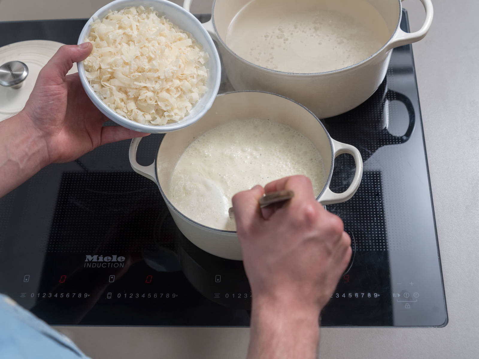 Melt some of the butter in a saucepan over medium-low heat. Add garlic and fry for approx. 1 min. Transfer cream to saucepan and season with salt and pepper. Simmer for approx. 3 min. or until slightly thickened. Stir occasionally. Add Parmesan cheese and remove saucepan from heat.
