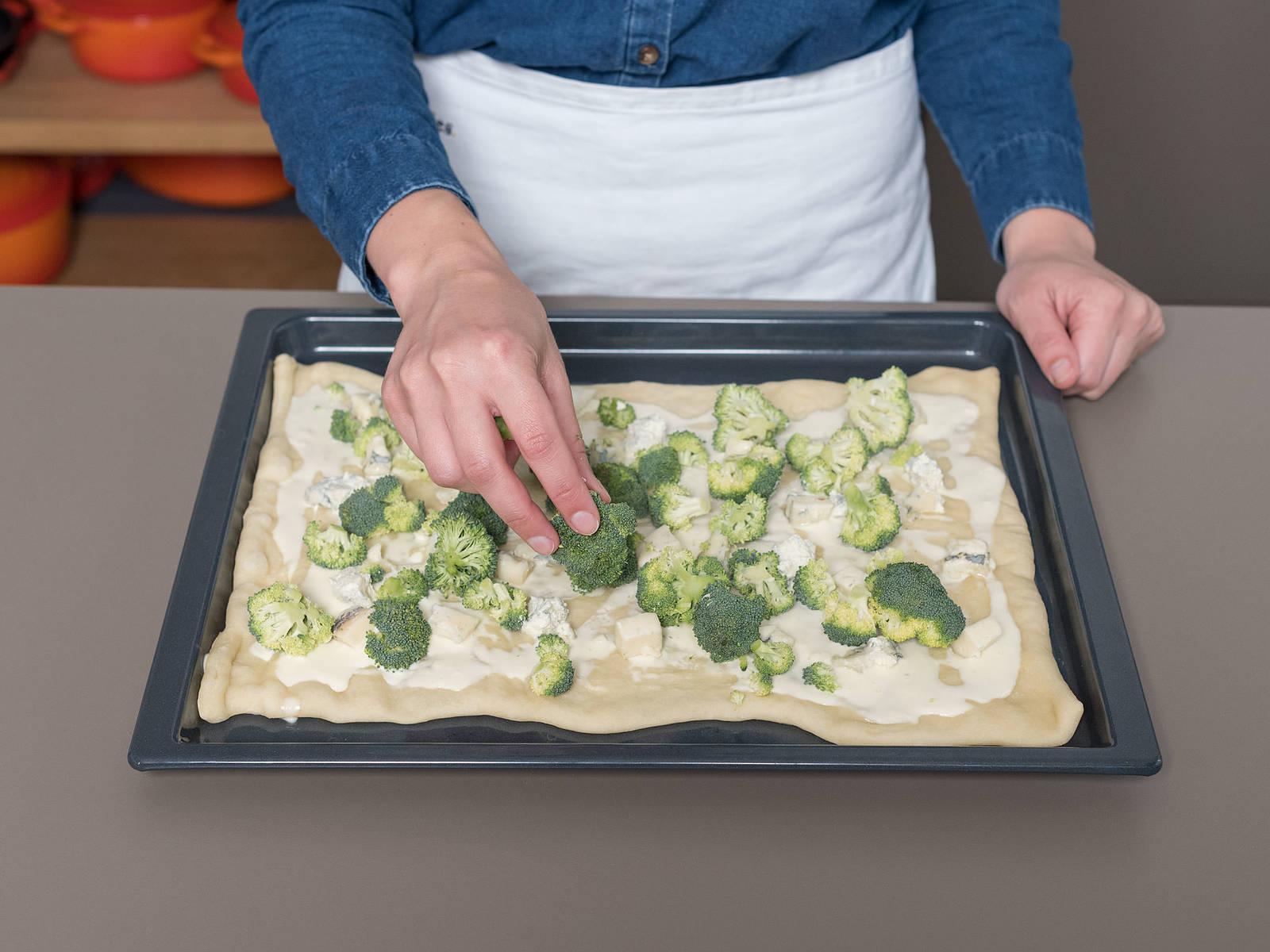将披萨面团放到烤箱中的底架上,烤4分钟,然后从烤箱中取出,稍微放凉。将马斯卡帕尼奶酪铺到面饼上,均匀放上西兰花和戈尔根朱勒干酪,撒上杏仁碎。