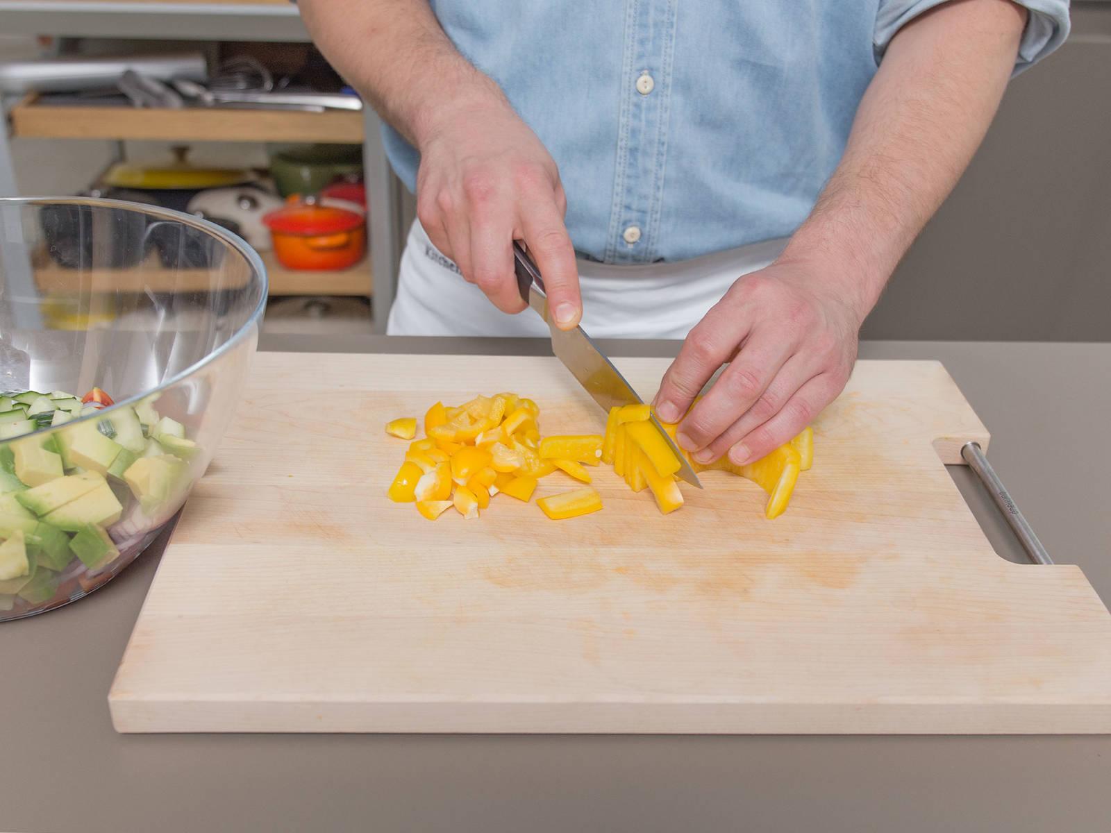 Backofen auf 90°C vorheizen. Radicchio klein schneiden. Rote Zwiebel, Gurke, Avocado, Paprika und Mango würfeln. Cocktailtomaten halbieren. Alles gemeinsam in eine Schüssel geben. Chili fein hacken und dazugeben. Mit Salz und Pfeffer würzen und bis zum Servieren ziehen lassen.
