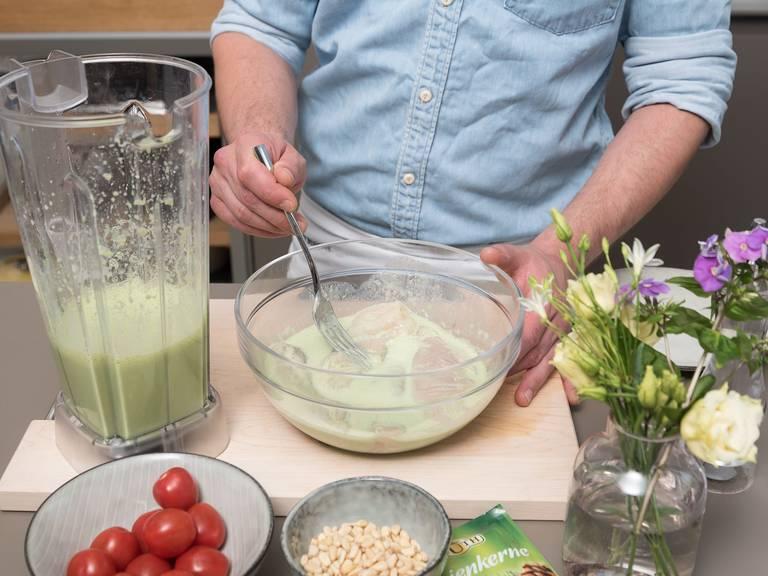 Hähnchenbrüste in eine Schüssel geben und mit der Hälfte der Marinade übergießen. Vermengen und die Hähnchenbrüste ca. 6 Stunden marinieren lassen. Die restliche Marinade bis zum Servieren in den Kühlschrank stellen.