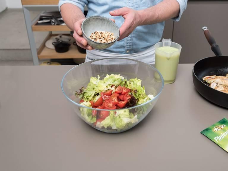 In der Zwischenzeit Pinienkerne in einer kleinen Pfanne über mittlerer Hitze ca. 3 Min. rösten, oder bis sie goldbraun sind. Zum Salat geben. Einen Teil der restlichen Marinade zum Salat geben und vermengen. Salat servieren und Hähnchenbruststreifen obenauf legen. Guten Appetit!