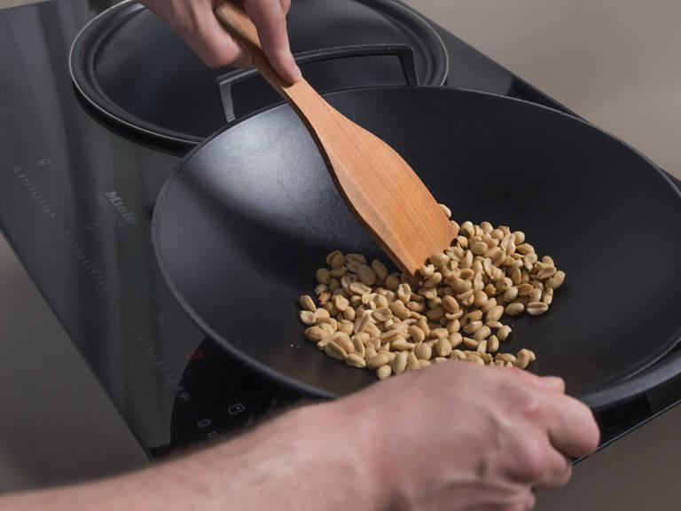 开中高火加热炒锅,烘烤花生2-3分钟,或直至花生变成金棕色且散发香味。倒出后置于一旁备用。