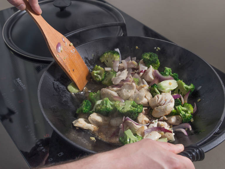 Heat peanut oil in wok and sauté garlic and ginger for approx. 2 min. Add chicken breast, onion, and broccoli and fry for approx. 3 – 5 min. Add chicken stock mixture and let simmer for approx. 3 – 5 min. Season with pepper. Add toasted peanuts, green onion, and cilantro to wok, then remove from heat and stir to combine. Enjoy!