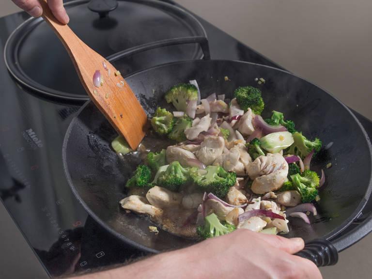 在炒锅中加热花生油,翻炒姜蒜2分钟。倒入鸡胸肉、洋葱和西兰花,炒3-5分钟。倒入鸡肉高汤混合物,煮3-5分钟。撒胡椒调味。倒入烤好的花生、青葱和香菜,关火,搅拌均匀。尽情享用吧!