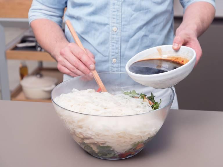 制作酱料:将辣椒酱和酱油倒入小搅拌碗中,搅拌均匀。将酱料倒入搅拌碗中,与所有食材一起充分搅拌均匀。撒盐与胡椒调味。尽情享用吧!