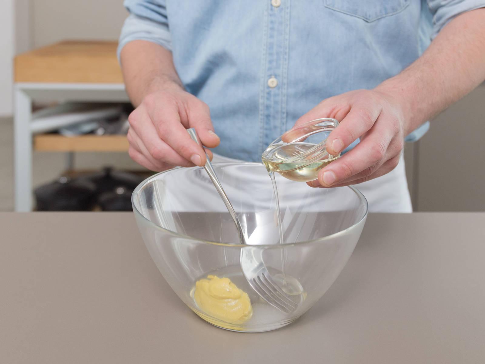 制作调料。将葡萄籽油,芥末酱,醋,水和一些糖放入小搅拌碗,混合均匀。