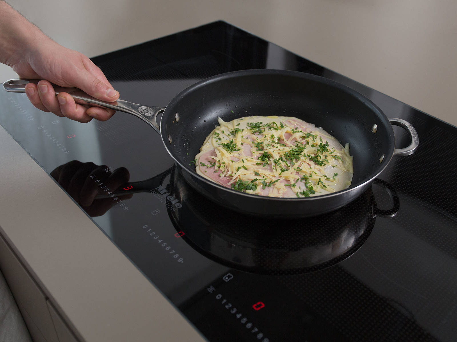 Heat oil in a large non-stick frying pan set over medium heat. Ladle batter into pan and fry until golden brown for approx. 2 –  3 min., or until crêpe is cooked through. Sprinkle with some cheese and parsley over crêpe and top with ham. As soon as the cheese begins to melt, start to roll up the crêpe and remove from pan. Repeat with the reamining batter and filling ingredients. Mix salad with dressing and serve alongside the crêpes. Enjoy!