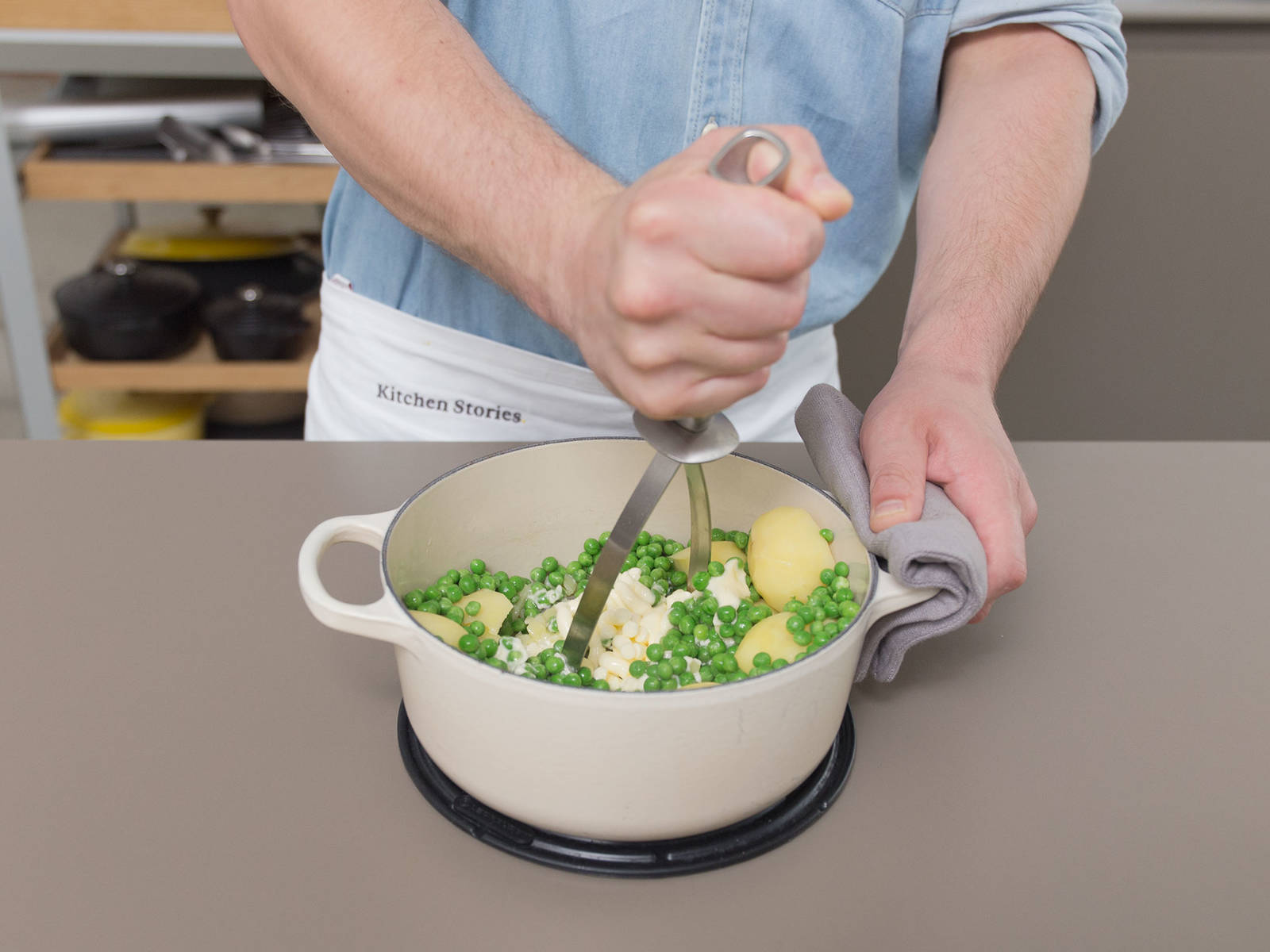 Peel potatoes and boil in salted water until tender, approx. 25 – 30 min. Drain water, then add peas, butter, and chicken stock. Mash until creamy and season with nutmeg, salt, and pepper.